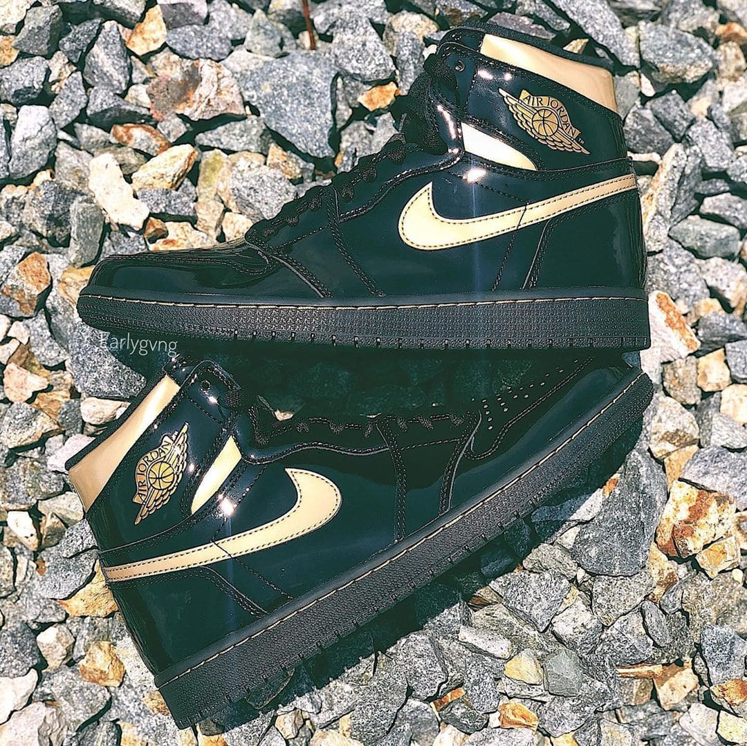 Air Jordan 1 Retro High OG 'Black/Black-Metallic Gold' 555088-032 Side